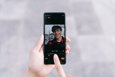 Situatieschets waarin iemand een video bewerkt op een smartphone