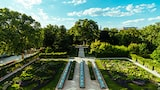 George-Kasionis-&-Stam-Tsopanakis-sony-alpha-7III-garden-laid-for-banquet-in-viennese-grounds