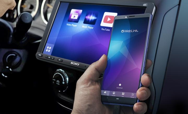 Afbeelding van de XAV-AX8050D en een smartphone met WebLink
