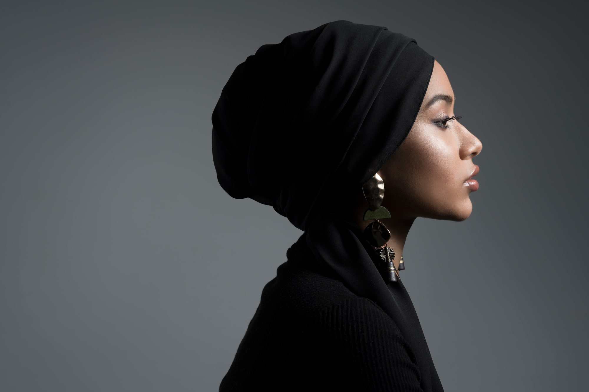 hannah-couzens-sony-alpha-7RM3-side-profile-shot-of-a-lady-wearing-a-black-headscarf