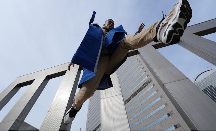Afbeelding van een persoon die vanuit een zeer scherpe hoek naar de grond springt