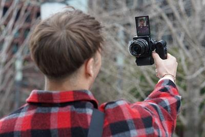 Afbeelding van iemand die een video verticaal opneemt