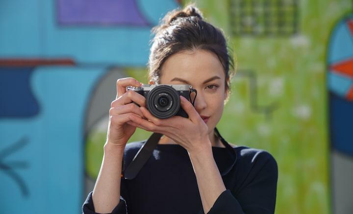 Portretopname van een vrouw die buiten foto's maakt