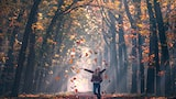 ilhan-eroglu-sony-alpha-7RII-lady-in-autumnal-woods-throwing-leaves-into-the-air