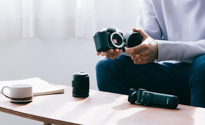 Afbeelding van iemand die de lens verwisselt
