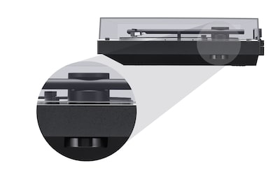 Zijaanzicht van de BLUETOOTH vinyl platenspeler met close-up van de 45-toerenadapter