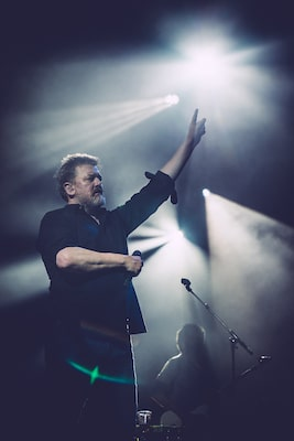 peter-neill-sony-alpha-7SII-guy-garvey-elbow-in-concert