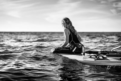 maki-galimberti-sony-alpha-7RII-woman-sits-on-surfboard-in-the-ocean