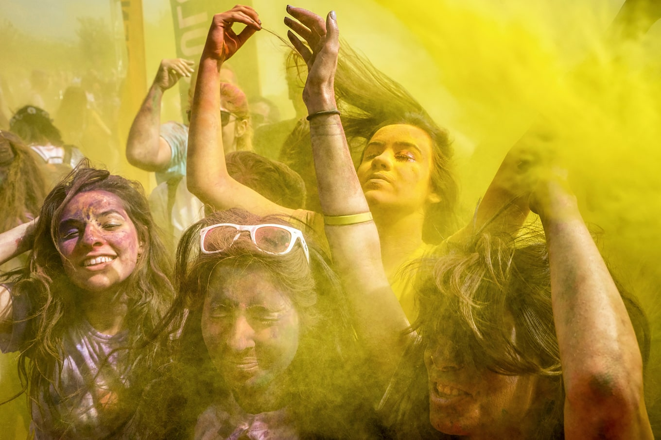 murat-pulat-sony-alpha-7II-young-revellers-dancing-in-cloud-of-yellow-dust