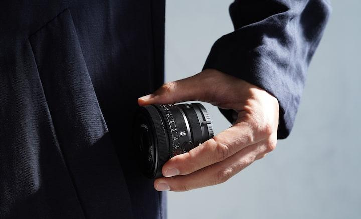 Afbeelding van persoon die lens uit de zak neemt