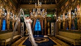 david-bastianoni-sony-alpha-9-bride-poses-on-a-stepladder-in-a-formal-setting